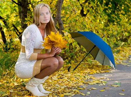 Женский шаблон - Красивая девушка в осеннем лесу