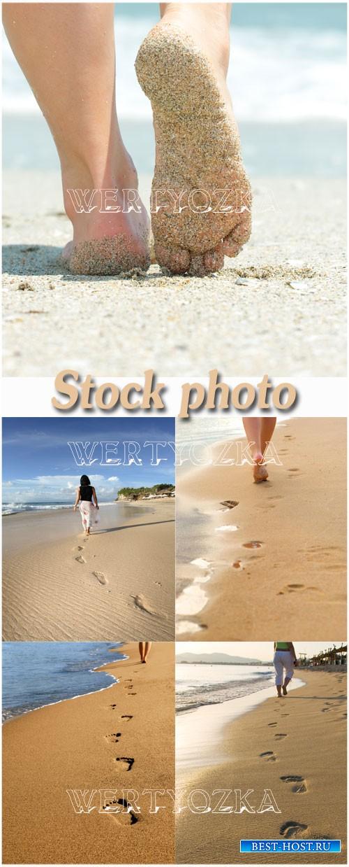 Следы на морском песке / Girl on the beach, footprints in the sand
