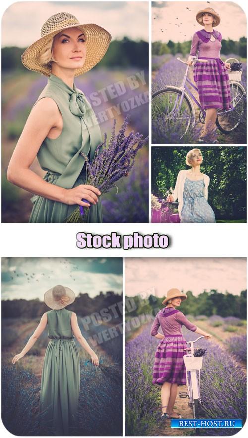 Ретро девушка в цветочном поле / Retro girl in a field of flowers - Raster clipart