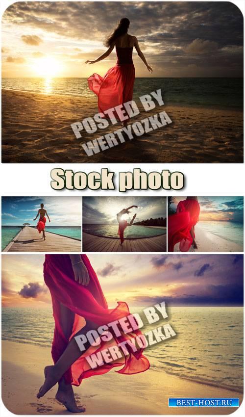 Девушка на берегу океана / Girl on the ocean beach - stock photos