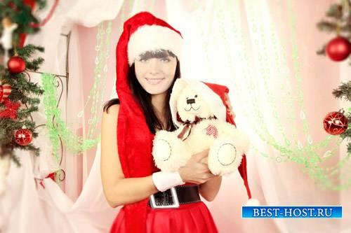 PSD шаблон - Девушка в новогоднем костюме с игрушкой у елки