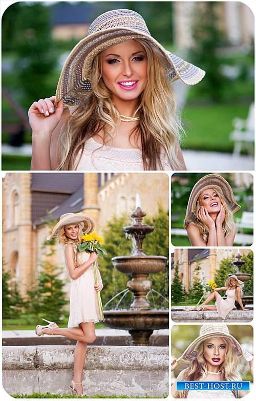 Романтичная девушка у фонтана / Romantic girl at the fountain - Stock photo