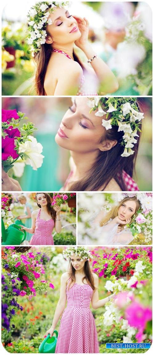 Девушки и цветы, цветочная оранжерея / Girls and flowers, flower greenhouse - Stock photo