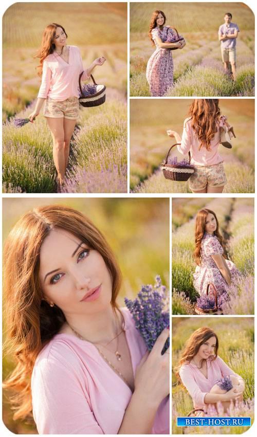 Мужчина и женщина на цветущем поле / Man and woman on a flowering field - Stock photo