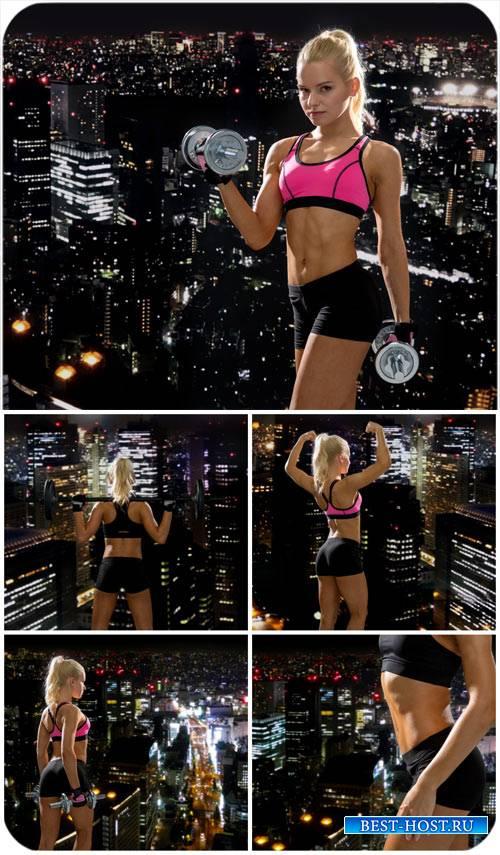 Спортивная девушка на фоне ночного города / Athletic girl - Stock Photo
