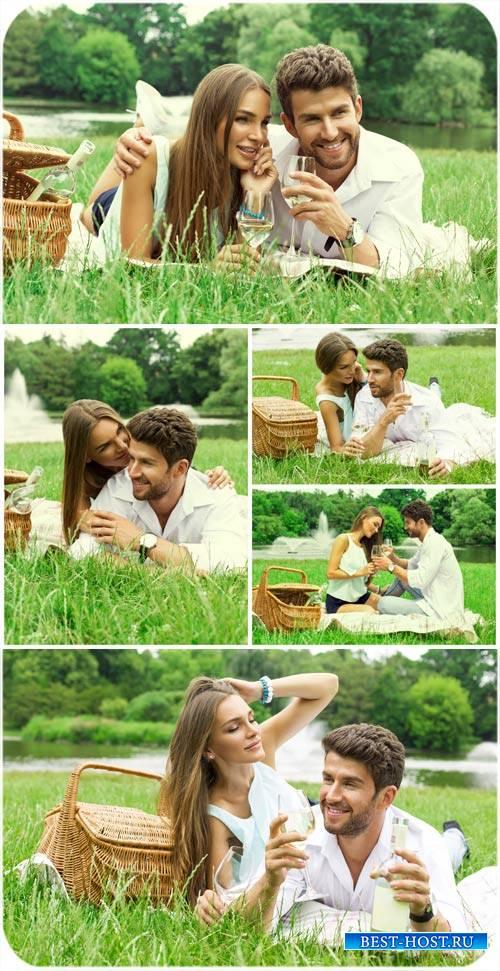 Красивая пара, пикник на природе / Beautiful couple having a picnic - Stock photo