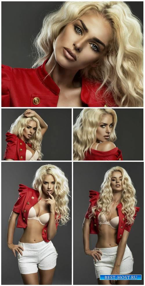 Модная девушка с белыми волнистыми волосами / Fashionable girl with white w ...