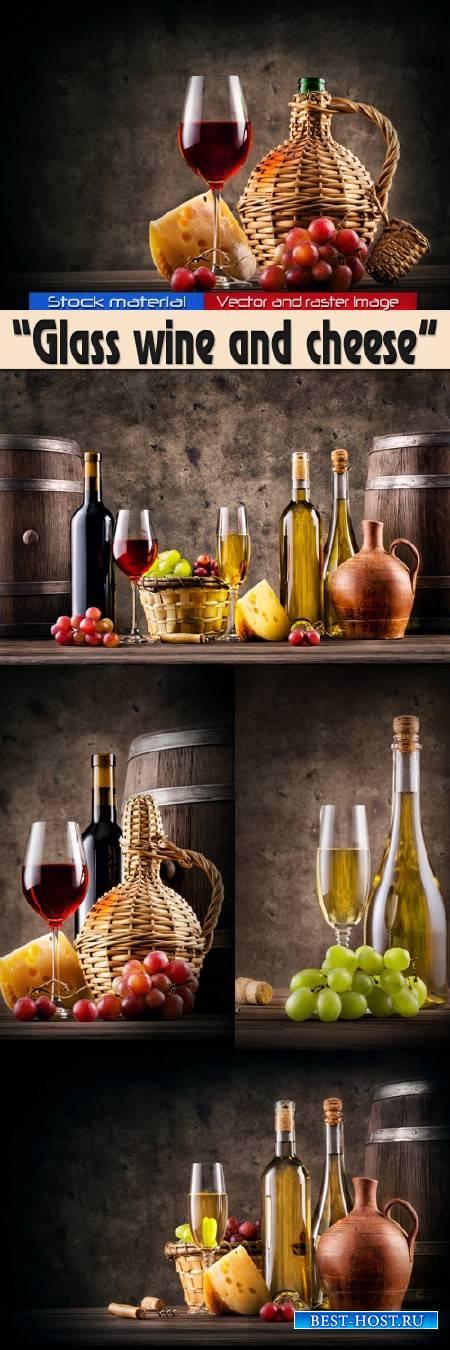 Бокал красного и белого вина с сыром и виноградом