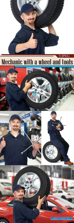 Автомеханик с колесом и инструментами
