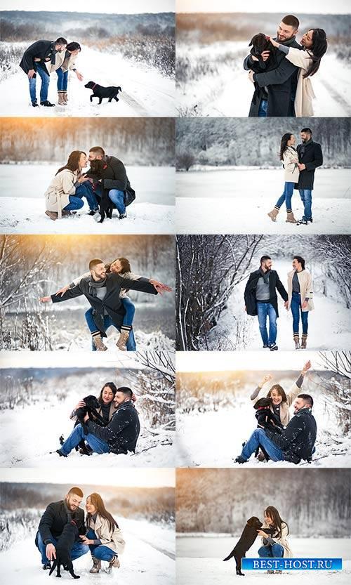 Зимняя прогулка влюблённых с собакой - Клипарт