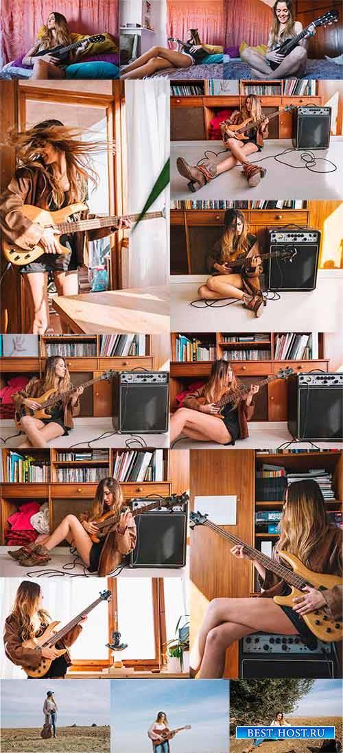 Девушка играет на гитаре - Клипарт