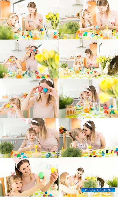 Мать и дочь готовятся с Пасхе - Клипарт