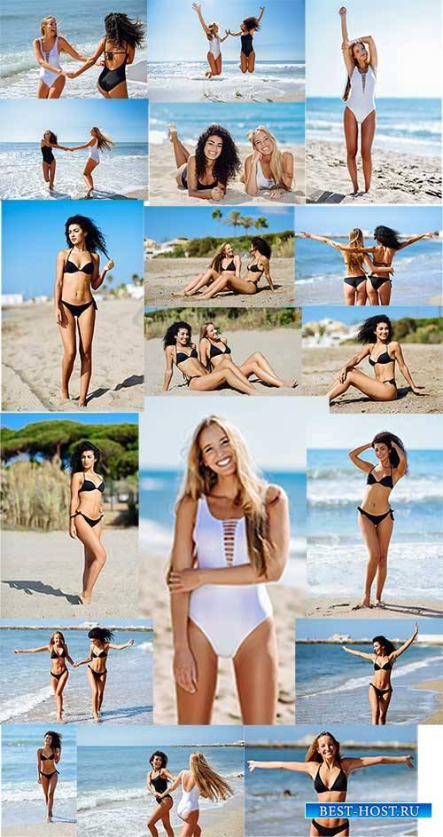 Девушки в купальниках - Клипарт / Girls in bathing suits - Clipart