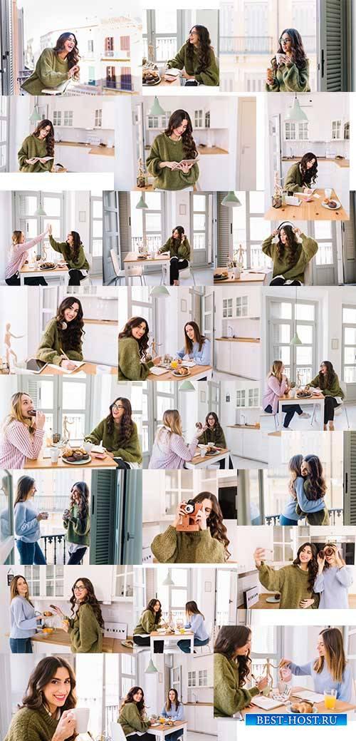 Девушки-подруги - Растровый клипарт / Girlfriends - Raster clipart