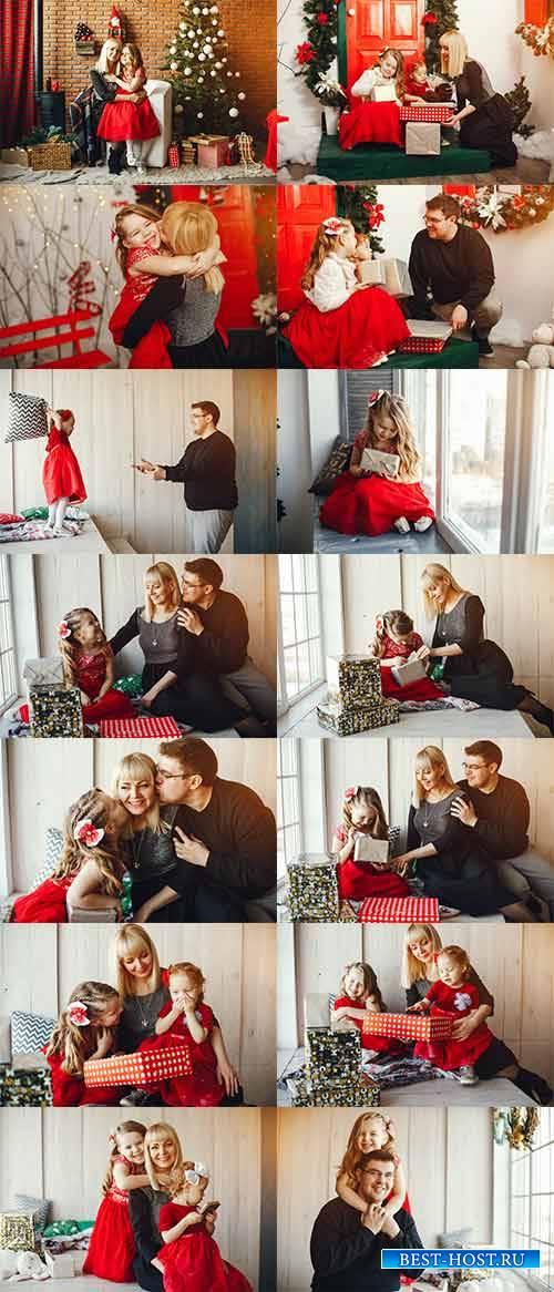 Семья у новогодней ёлки - Клипарт / Family at Christmas tree - Graphic