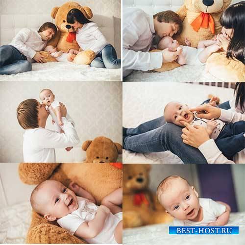Младенец с родителями - Растровый клипарт / Baby with parents - Raster Graphics