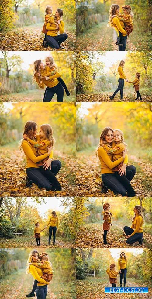Мать и дочь в осеннем парке - Растровый клипарт /  Mother and daughter in a ...