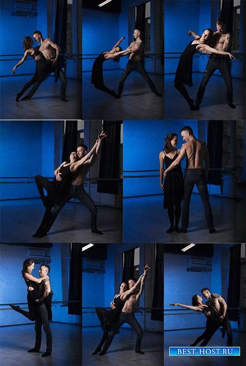Парень и девушка танцуют - Растровый клипарт / Guy and girl dancing - Raster clipart