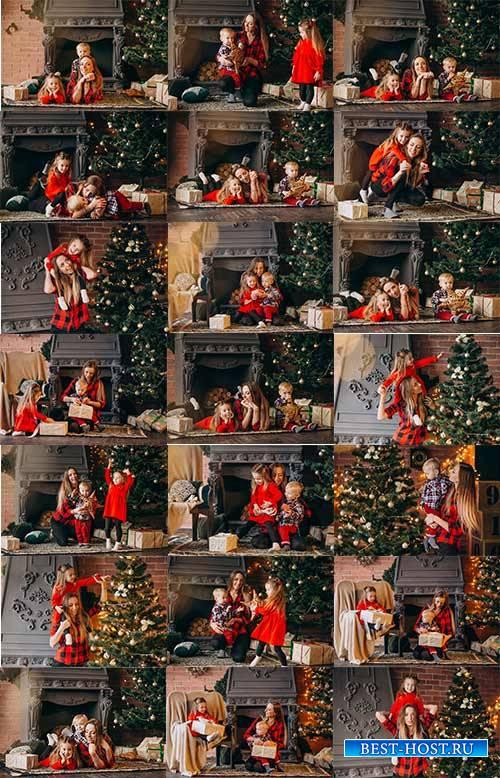 Мать с детьми у новогодней ёлки - Растровый клипарт / Mother with children at the New Year tree - Raster clipart