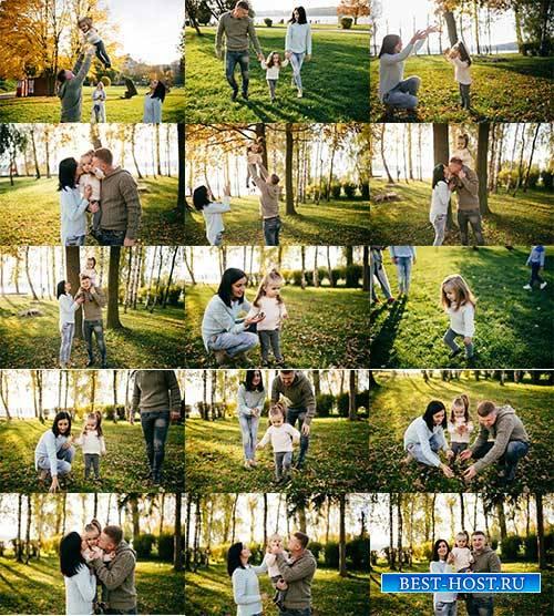 Семья с ребёнком на прогулке в лесу - Растровый клипарт