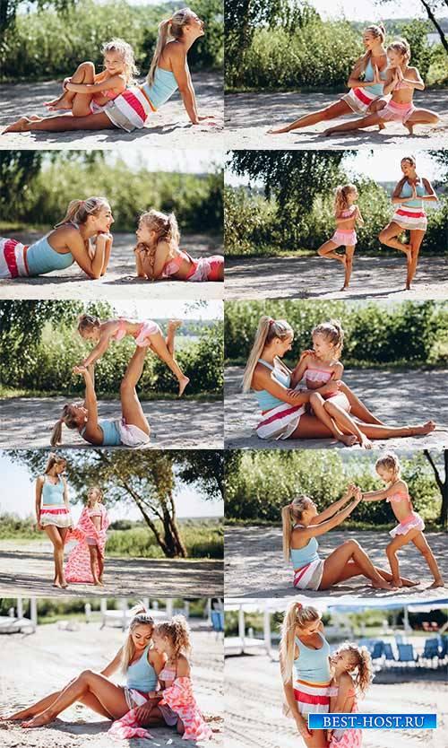 Мать и дочь занимаются спортом - Растровый клипарт