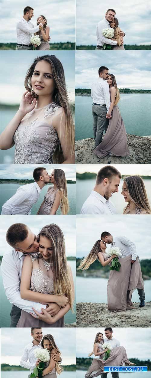 Влюблённая пара у реки - Растровый клипарт