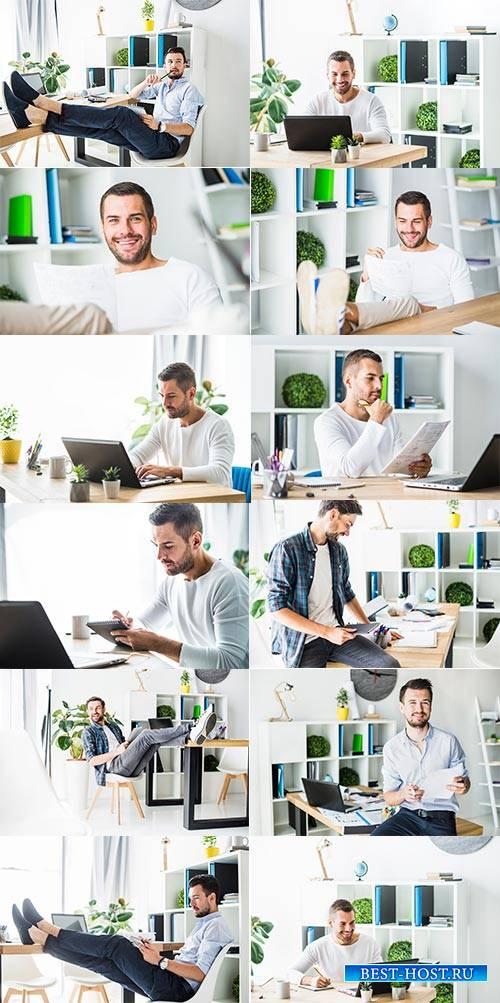 Молодой мужчина в офисе - Фотоклипарт