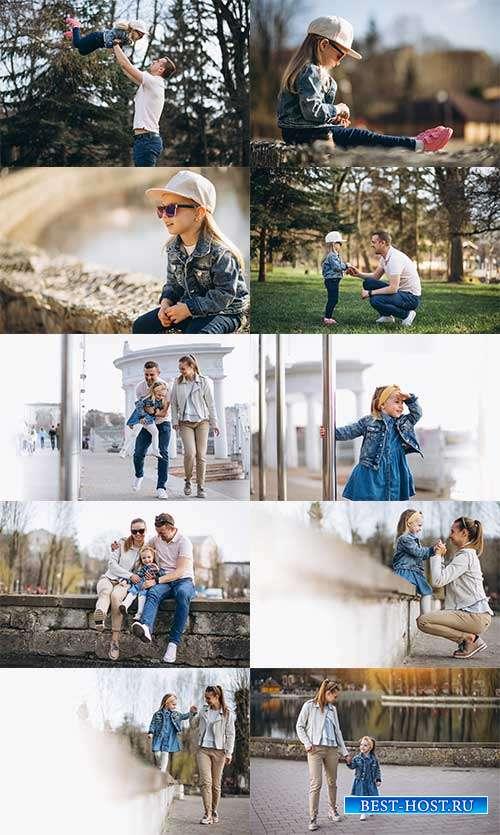 Семья с маленькой дочкой в парке - Фотоклипарт