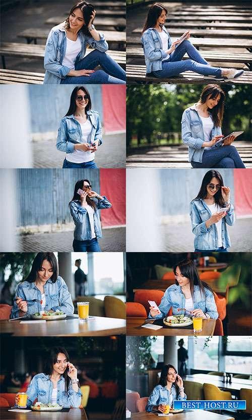 Девушка с телефоном - Фотоклипарт
