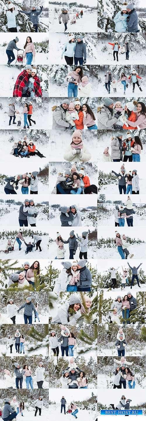 Семья на отдыхе в зимнем лесу - Фотоклипарт