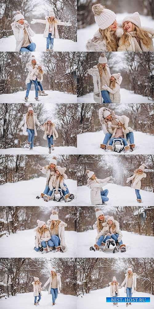 Мама и дочка на прогулке в зимнем парке - Фотоклипарт
