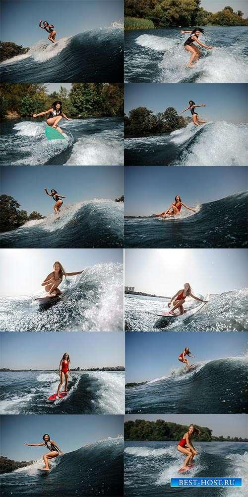 Сёрфинг над волнами смелой девушки - Фотоклипарт