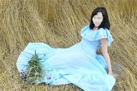 Шаблон (костюм) для фотошопа - Девушка на сене в красивом голубом платье