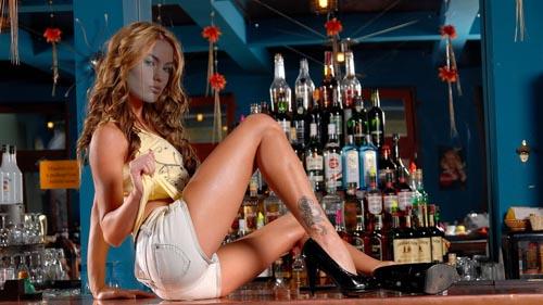 Женский шаблон - девушка на барной стойке