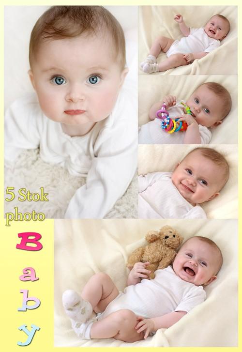 Очаровательный малыш с погремушкой - Сток фото