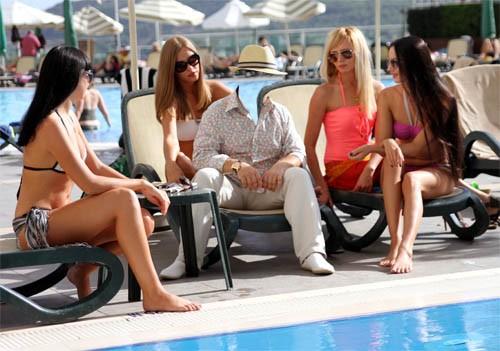 Шаблон для фотошопа - Богач с четырьмя девчонками