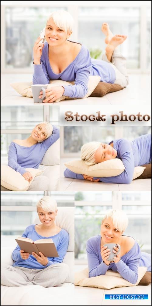 Девушка с белыми волосами, досуг / Girl with white hair, leisure activities