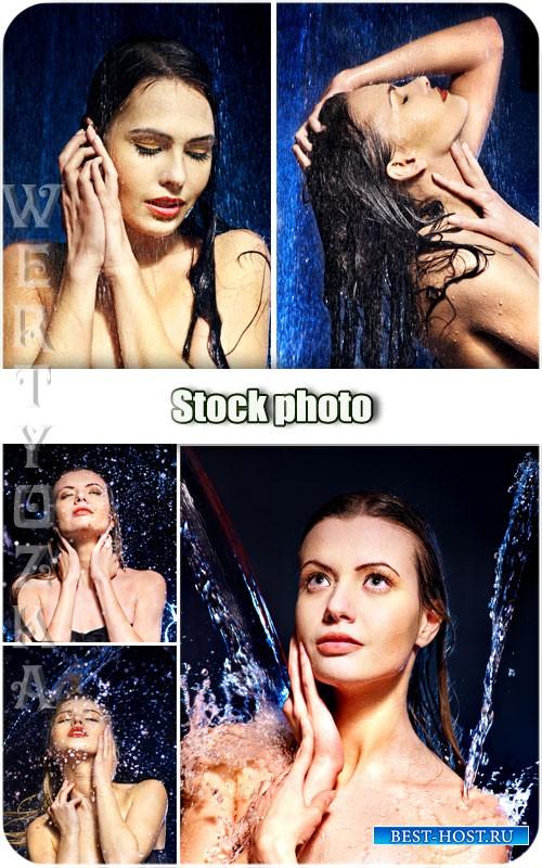 Девушки в брызгах воды / Girls in a spray of water - Raster clipart