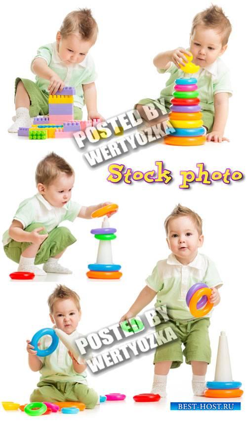 Малыш с пирамидкой и конструктором / Kid plays with the pyramid - stock pho ...