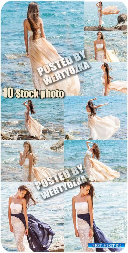 Девушка в длинном платье у моря - сток фото