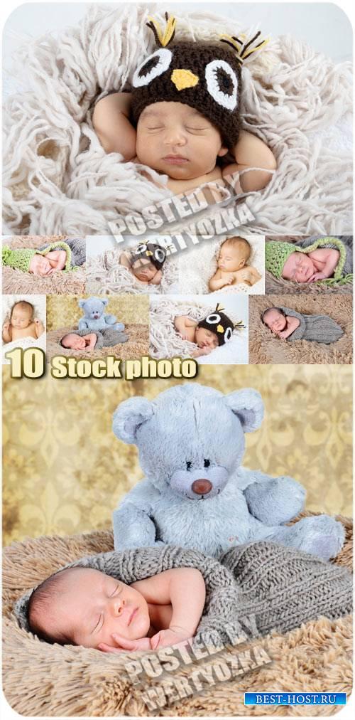 Маленькие детки сладко спят - сток фото