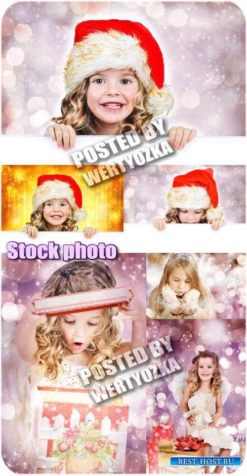 Девочка и новогодние подарки - сток фото