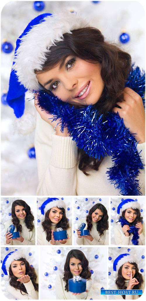 Новогодняя девушка в синей шапке санты - сток фото