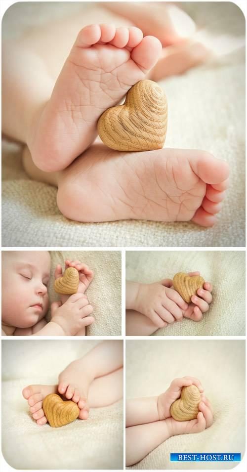 Детские ножки и сердечко, сердце в руках - сток фото