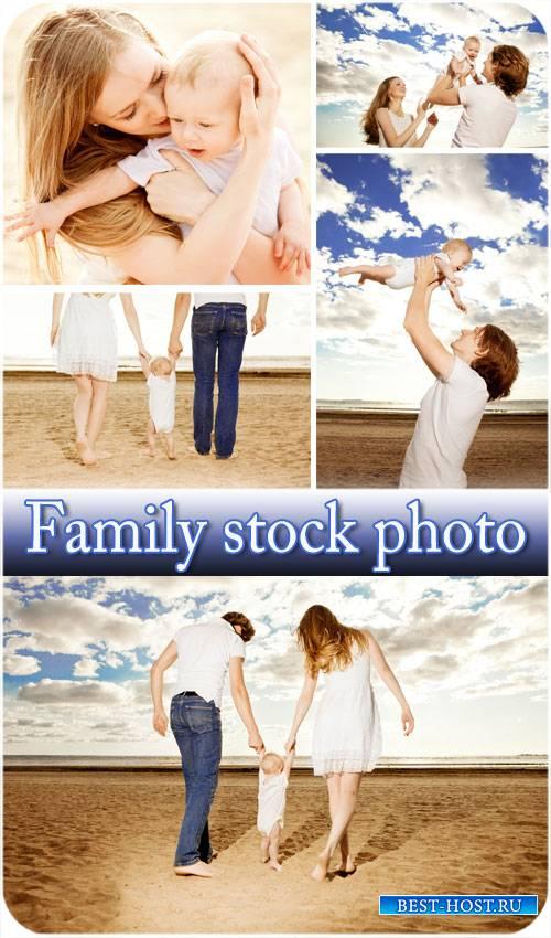 Счастливая семья на морском побережье - сток фото