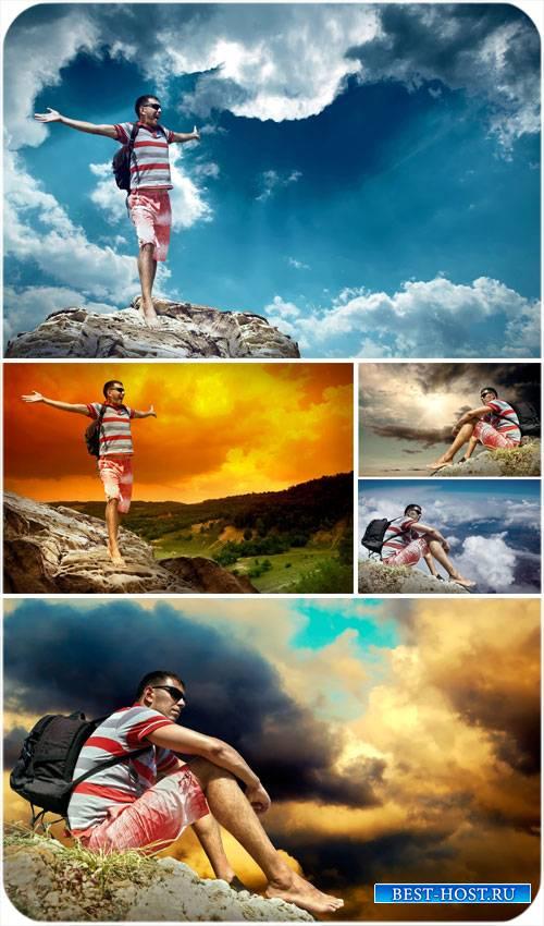 Мужчина и горные пейзажи, путешествие сток фото