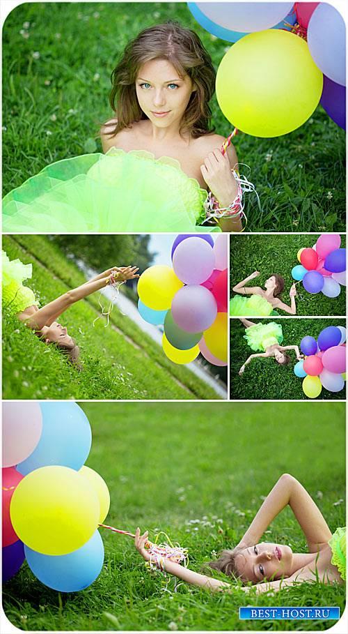 Девушка с воздушными шарами природа - сток фото