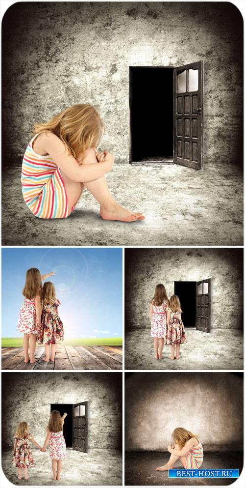 Дети перед открытой дверью, креатив - сток фото