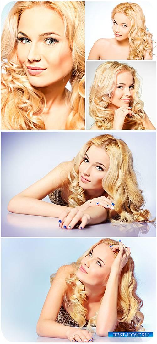 Красивая девушка с длинными светлыми волосами - сток фото