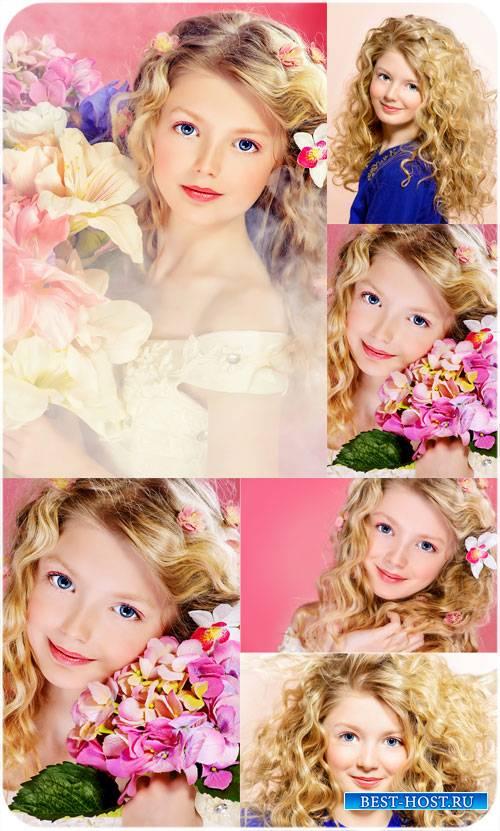 Очаровательная девочка с цветами - сток фото